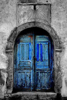 The old door and the sundial of the Kavalini Mansion in Avlemonas on Kythira island. Door Entryway, Entrance Doors, Doorway, Old Doors, Windows And Doors, Door Letters, Door Gate, Door Knockers, Closed Doors