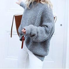 Pull gris oversize en maille épaisse + jean slim blanc + sac marron = le bon look <3