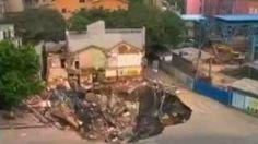 世界バカニュース: シンクホール 中国の広州市で見事に開いている巨大な穴!  きっと巨大なアリですね。