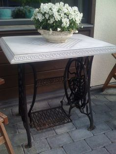Ett bord i beton Concrete Crafts, Concrete Art, Concrete Projects, Furniture Fix, Concrete Furniture, Recycled Furniture, Cement Work, Concrete Casting, Old Sewing Machines