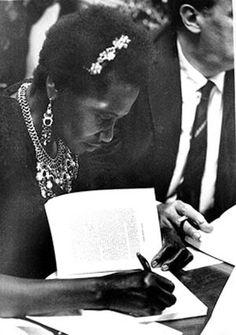 Carolina Maria de Jesus autografando  seu livro O Quarto de Despejo, 1960