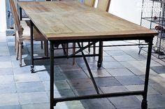 Robusta pero móvil, sienta la madera natural de esta preciosa mesa larga con acabados en bruto
