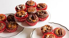 These irresistible brownie bites are stuffed with chewy caramel and topped with… (chewy brownies betty crocker) Cookie Brownie Bars, Brownie Bites, Cookie Cups, Brownie Pan, Mini Desserts, Delicious Desserts, Frozen Desserts, Chocolate Desserts, Chocolate Cake
