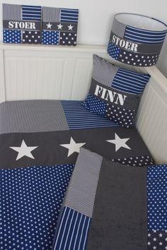 Set babykamer grijs kobalt: lampenkap, kussen, aankleedkussenhoes, dekbedovertrek en stoffen schilderijen. Gemaakt naar jouw wensen en gemaakt door het Koningshuisje