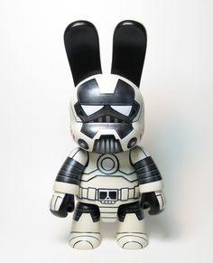 Pour l'event des 15 ans de Toy2r DIY Qee Celebration, l'artiste Owen DeWitt a réalisé un custom toys particulièrement réussit comme à son habitude ! Ce Qee Bunnee a été transformé en IronTrooper, un mélange des genres bien réussit.