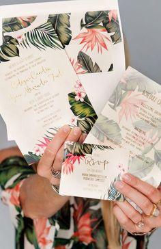 Las invitaciones de boda artesanales son un must! ¿Por qué no una inspiración tropical elegante, como en esta foto?