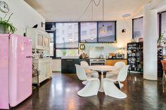 Decorando com a Si : Um loft vintage e com uma pegada divertida Industrial Loft, House Tours, Mid-century Modern, Mid Century, Kitchen, Table, Furniture, Home Decor, Vintage Decor