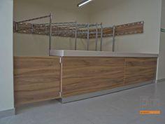 Szatnia lada wykończona corianem i system wieszaków więcej zdjęć na http://www.projektmebel.pl/realizacje