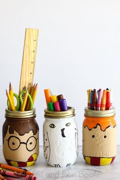These Harry Potter Mason Jars are a Fun Craft for Any Age - - Oh, I have to make this adorable Harry Potter mason jar back to school craft! It's so fun--and makes the perfect Harry Potter teacher gift. Harry Potter Diy, Harry Potter Teachers, Harry Potter Fiesta, Harry Potter Classroom, Theme Harry Potter, Harry Potter Bedroom, Harry Potter Drawings, Harry Potter Birthday, Mason Jar Crafts