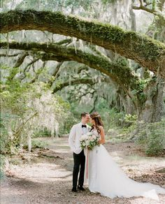 Gliding into another beautiful week of Charleston weddings and this gorgeous capture from @middletonplace is giving us boatloads of…
