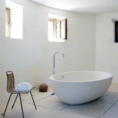 Guest bathroom. Architect Ivana Porfiri.   Au centre de la pièce une baignoire à débordement en pierre (Boffi).