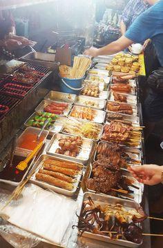 Chia sẻ kinh nghiệm du lịch bụi Melaka – thành phố cổ xưa nhất Malaysia. Đồ nướng bán trong khu vực đường đi bộ Jonker Walk rất hấp dẫn #malaysia #melaka #malacca #chauvn #phuot #dulichbui