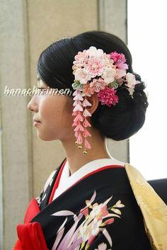 アメリカからの花嫁さん | つまみ細工 花ちりめん Yukata, Cultural Crafts, Making Fabric Flowers, Wedding Kimono, Japanese Wedding, Japanese Hairstyle, Kanzashi Flowers, Halloween Hair, Hair Ornaments