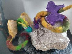deux dragons en laine feutrée , actuellement disposés sur une tranche de hêtre  , wet and needle felt , aile en feutre nuno sur soie Nuno, Dragons, Dinosaur Stuffed Animal, Animals, Felt, Silk, Wool Felt, Animales, Animaux