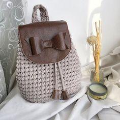 Насмотрелись на тигрёнка? Да, многие хотели здесь увидеть сумку нежели рюкзак. Я тоже так думала, хотела изменить все задуманное под сумку, но, увы ♀️в моей голове пазл не сложился и Сумка быстро превратилась в рюкзак 'Девчачий' листайте карусель и посмотрите на #bonito_bags_начинка очень вкусную при чем #bonito_девчачий Рюкзачок в наличии. В Реале в сто раз шикарнее и круче. Кстати, такой он будет единственный, так как экокожи такой больше у меня нет и пока ещё не встречал...