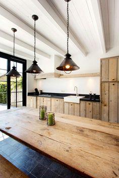G Houten keuken, wit plafond en donkere vloercombinatie