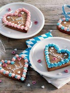 Die kleinen Lebkuchenherzen mit Glasur sind leicht selbst herzustellen und ein tolles Mitbrinsel oder Platzkärtchen. #Lebkuchen #Lebkuchenherz #Kuchen #Oktoberfest