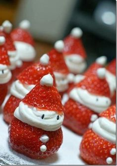 Strawberry Santas o fresas papa noel Christmas Party Food, Noel Christmas, Christmas Goodies, Christmas Desserts, Holiday Treats, Christmas Treats, Holiday Parties, Holiday Fun, Holiday Recipes