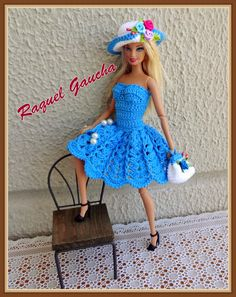 #RaquelGaucha #Doll #Crochet #Dress #Barbie #Vestido #Crochê #Chapéu #Sombrero #Hat #Purse #Cartera #Bolsa #Muñeca #Boneca Barbie Clothes Patterns, Crochet Barbie Clothes, Doll Clothes Barbie, Barbie Dress, Crochet Skirt Pattern, Crochet Doll Dress, Knitted Dolls, Small Crochet Gifts, Barbie Knitting Patterns