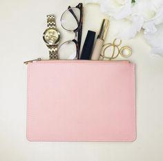 c012c7297c Růžová Kožená kabelka s osobním zlatým monogramem Perfektní jako psaníčko  na party a večeři nebo jako