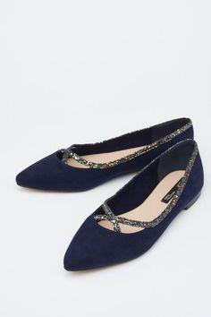 36df213e233 26 Flat sandals Every Girl Should Keep #flats #shoes #toeflats #ballerina  Zapatos
