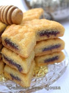 Un Makroute ou makrout au four fondant à la pâte de dattes et au miel. Ces mak… A makroute or makrout baked in the paste of dates and honey. These makrouts مقروط الكوشة are lighter that's safe With video, it will be easier Easy Baking Recipes, Cookie Recipes, Snack Recipes, Dessert Recipes, Tunisian Food, Middle East Food, Algerian Recipes, Algerian Food, Ramadan Recipes