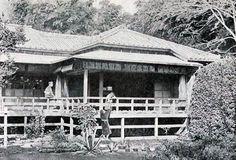 Los tres hijos de Lafcadio Hearn en el balcón de la casa frente a la oficina del distrito en Nishi Okubo Tokio.