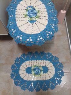 Jogo de banheiro em crochê feito em barbante colorido, com aplicação de flores feitas em crochê.  Este jogo tem 2 tapetes cada um medindo aproximadamente 62 cm x 41 cm.   1 capa para tampa de vaso sanitário medindo aproximadamente 54 cm x 45 cm.  As cores podem ser escolhidas.