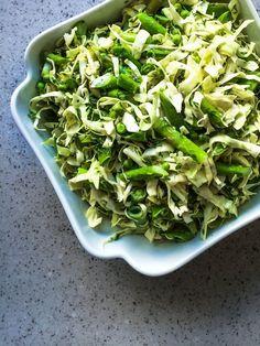 Green Salad with Asparagus & Peas rForårssalat med asparges, spidskål og ærter Salad Menu, Salad Dishes, Easy Salad Recipes, Easy Salads, Healthy Recipes, Crab Stuffed Avocado, Food N, Food And Drink, Light Summer Dinners