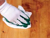 JAKIEJ PIELĘGNACJI WYMAGAJĄ PODŁOGI DREWNIANE: Drewno jest piękne. Jednak to na podłodze z czasem traci naturalny urok. Najważniejsze, żebyśmy pamiętali, że inaczej dbamy o posadzkę lakierowaną, olejowaną czy woskowaną.