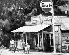 Tait's Gap Gulf Station Tow Truck, Truck Icon, Trucks, Pompe A Essence, Old Garage, Old Gas Stations, Filling Station, Gas Pumps, Antique Photos