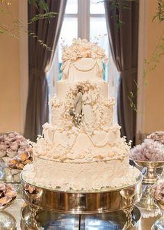 Bolo de casamento clássico com noivinhos de porcelana ( Foto: Marina Fava )