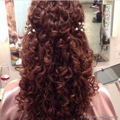 As românticas podem optar por um penteado semi-preso com acessórios delicados em contraste com os fios