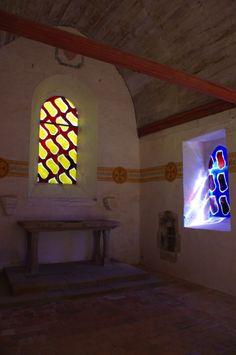 La chapelle du Bois Orcan, XVe siècle, classée MH table d'autel et inscription, XVe siècle Vitraux de Claude VIALLAT