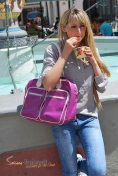 Ella das Model vom DU & ICH Modelteam mit einer Tasche aus unserem Store