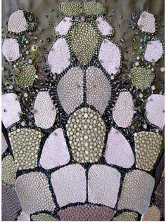 """Emmanuelle Dupont, - la femme serpent- L'oeuvre est composée de taffetas et de skaï métallisé, de galuchat, de perles de verre et de paillettes."""""""