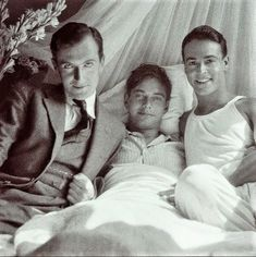 Photographer Cecil Beaton, multi millionaire and gay playboy Peter Watson, and his lover of the time stage designer Oliver Messel Couples Vintage, Vintage Love, Vintage Men, Vintage Photos, Vintage Black, Lgbt History, Vintage Gentleman, Tom Of Finland, Babe