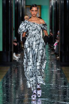 Erdem Fall 2020 Ready-to-Wear Fashion Show Collection: See the complete Erdem Fall 2020 Ready-to-Wear collection. Look 29 Best Of Fashion Week, Daily Fashion, Fashion Weeks, Fashion 2020, Vogue Paris, Backstage, Joan Smalls, Central Saint Martins, Glamour