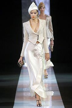 Giorgio Armani Spring 2005 Ready-to-Wear Fashion Show Fashion 2020, Modern Fashion, Unique Fashion, Fashion Show, Womens Fashion, Giorgio Armani, Vintage Style Outfits, Chic Outfits, Backstage