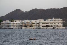 Lake Palace à Udaipur. Découvrez les palais de l'Inde à travers notre circuit « Les palais du Rajasthan ». Pour plus d'info consultez notre circuit : http://www.voyageinindia.fr/travelpackage/les-palais-du-rajasthan-voyage-de-luxe/