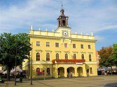 Położony w Rynku Ratusz jest trzecim w historii Ostrowa Wielkopolskiego. Zaprojektowany został w roku 1828 przez architekta Sanssouci Johanna Heinricha Häberlina. W budynku znajdują się restauracja oraz Muzeum Miasta Ostrowa Wielkopolskiego. City, Building, Places, Travel, Town Hall, Historia, City Office, Viajes, Buildings
