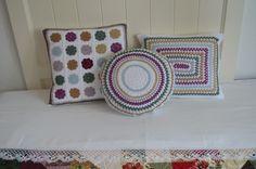 Trio de cojines de ganchillo. http://tildepatch.blogspot.com.es/2015/10/crochetear-es-meditar.html