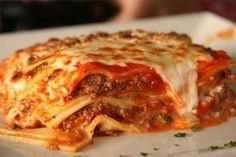 Λαζάνια ναπολιτέν στον φούρνο από τον Τάσο Αντωνίου! Σε αυτήν την εύκολη συνταγή, τα λαζάνια μαγειρεύονται με μελωμένο κιμά και αρωματική σάλτσα ντομάτας, ενώ ψήνονται με μοτσαρέλα που λιώνει μοναδικά στον φούρνο.