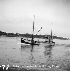 """Fiskebåten m/s """"Sigrund"""" (R-110-J) frå Jelsa kommune i Rogaland, kjem inn til Florø lasta med vintersild. """"Sigrund"""" var 50,5 fot lang, 16,5 fot brei og 9 fot djup, bygd av tre i 1910 og ombygd i 1945, maskin 50 hk Wichman, eigar S. K. Hebnes, Hebnes i Ryfylke. Jelsa, Sailing Ships, Flora, Boat, Dinghy, Plants, Boats, Elsa, Sailboat"""
