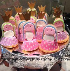 Prinsesjes, cupcakes op z'n kop, 2 marshmallows, zure mat als haar en kroontje van goudkleurig karton