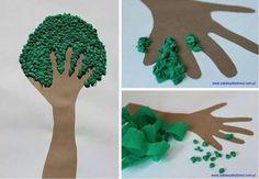 Árboles con papel de china y manos