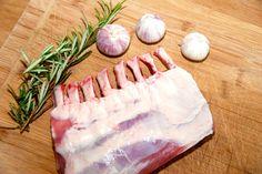 Se den lækre opskrift på lammekrone med rosmarin og hvidløg. Lammekronen steges i ovnen, hvor stegetiden er cirka 25 minutter. Lammekrone med rosmarin og hvidløg er en klassiker til påske, men kan …