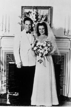 MARILYN MONROE/マリリン・モンロー:このブルネットの女性が、後に20世紀を代表するセックスシンボルとなるマリリン・モンロー。1942年16歳の時に整備工のジム・ドハティと最初の結婚をした。©amanaimages