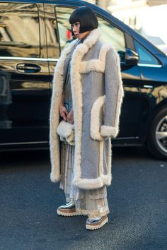 Diego Zuko snaps the well-heeled at Paris Fashion Week. Fur Fashion, Diva Fashion, Japan Fashion, Winter Fashion, Paris Fashion, Cool Street Fashion, Street Chic, Paris Street, Sheepskin Coat