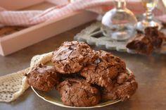 Isteni finom csokis kekszet sütöttem, brookie névre hallgat, ami a brownie és a keksz kersztezése tulajdonképpen. Nem szépségdíjas, egyszerű csokis keksz, az íze és az állaga viszont nagyon finom. A r
